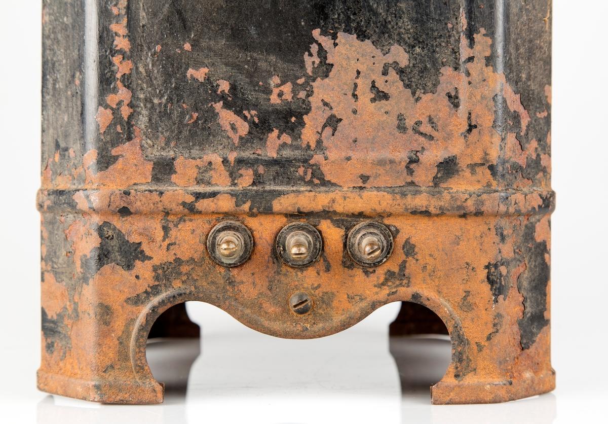 Elektrisk varmeovn. Høy, kvadratisk på 4 ben. To håndtak. Ledning mangler.