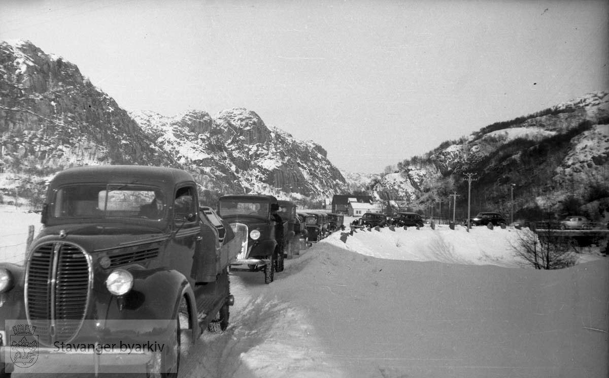 Fra Altmark-affæren i Jøssingfjord februar 1940..Gravfølge av biler...14. februar 1940 kom det tyske hjelpefartøyet «Altmark» inn på norsk sjøterritorium utenfor Fosenhalvøya på hjemvei til Tyskland. Altmark hadde ca. 300 britiske krigsfanger om bord, og det fikk lov til å passere gjennom norsk territorialfarvann, eskortert av en norsk torpedobåt...Altmark ble oppdaget av et britisk fly samme dag, og britene tok opp jakten på skipet. Den britiske jageren «Cossack» avskar om formiddagen 16. februar Altmark og forsøkte å stoppe den. Altmark søkte tilflukt i Jøssingfjorden i Rogaland, beskyttet av den norske torpedobåten i fjordmunningen. Samme natt gikk Cossack inn i Jøssingfjorden og bordet Altmark, mot protest fra den norske torpedobåten...Det utspant seg en kort kamp, og seks tyskere ble drept og flere såret. Cossack befridde de britiske fangene og stakk til sjøs..