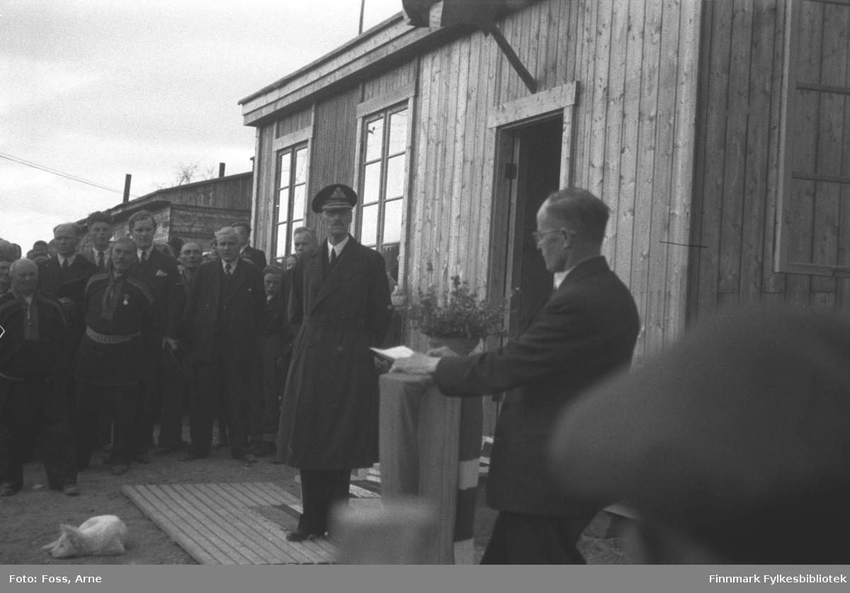 Kongebesøk i Langnes juli 1946. Kong Haakon VII reiste landet rundt for å se på krigsødeleggelsene og gjenreisningsarbeidet. Per Fokstad holder en tale utenfor Tana Turiststasjon. Han var ordfører i Tana i 1937-44 og 1945-48.
