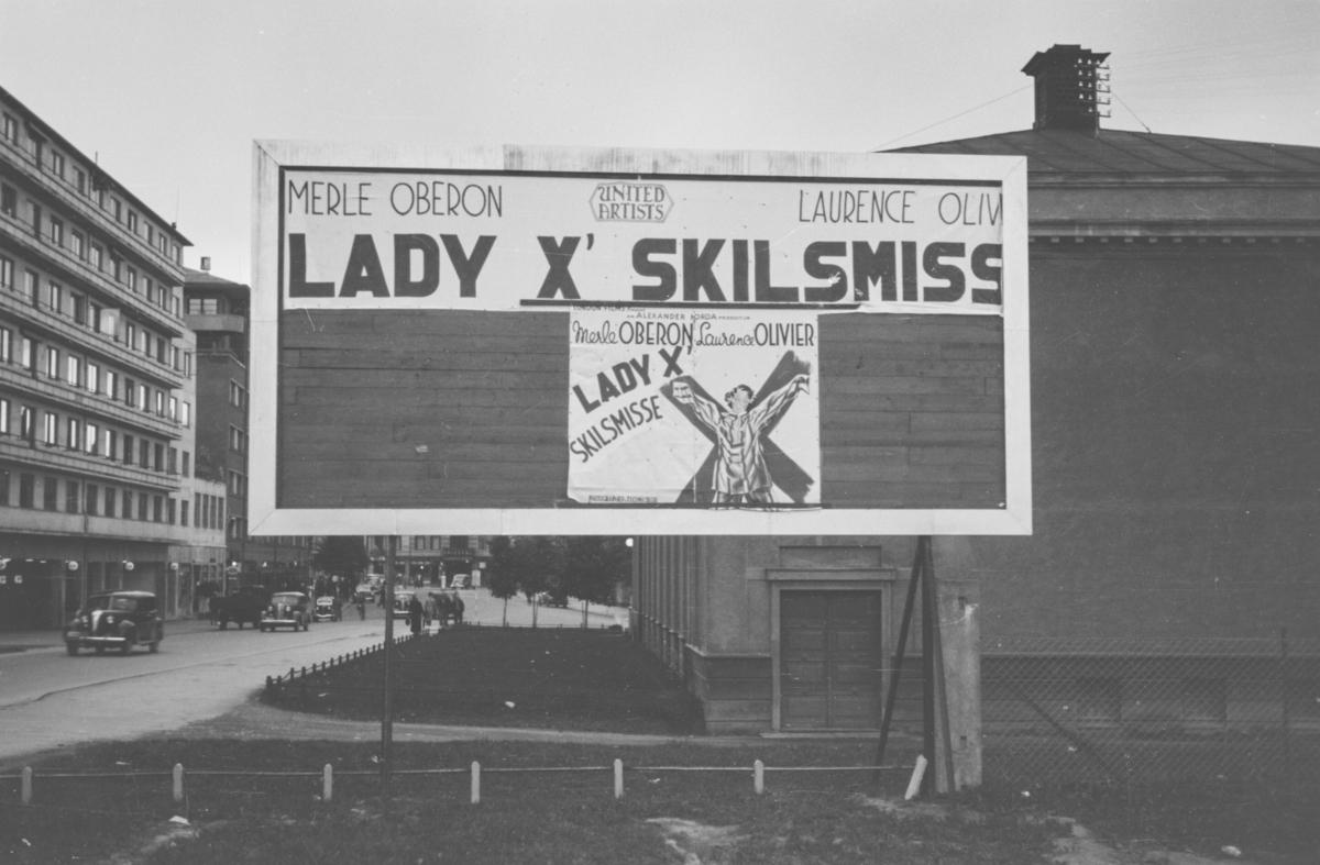 """Reklameplakat ved Colosseum kino for """"Lady X' skilsmisse"""""""