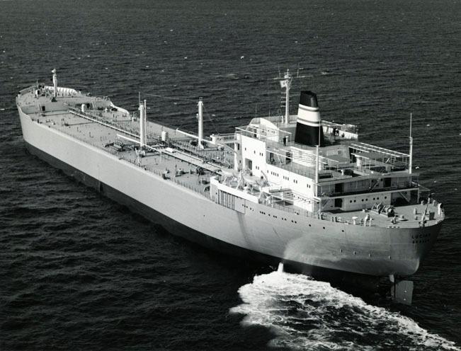 Motivet viser T/T LUCIAN (bygget 1965) til sjøs.