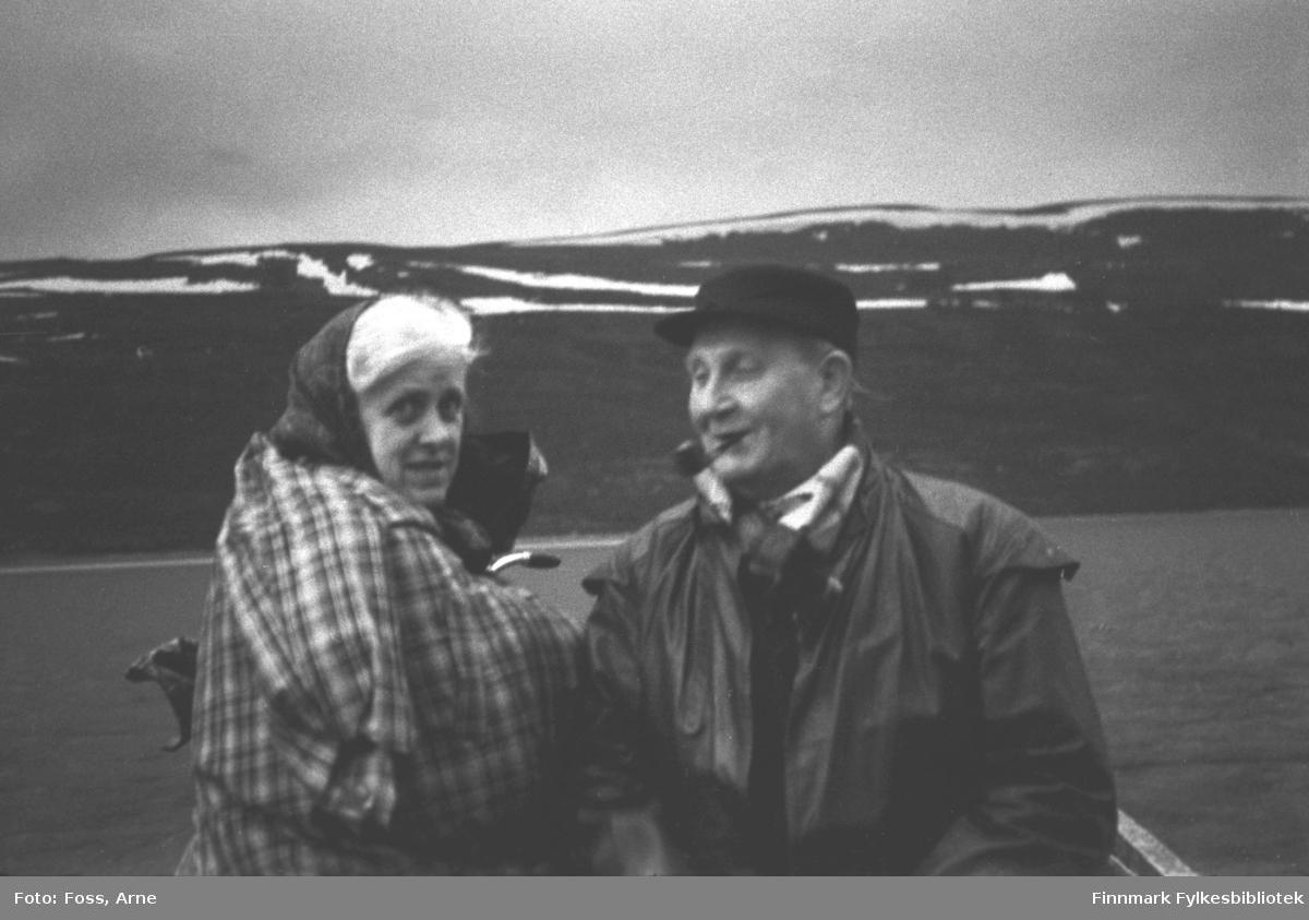 En av Finnmarkskontorets byggeleder, Ole Hagen og hans kone sitter på elvebåten, fotografert muligens i Bonakas i Tana, i juni-juli 1946.