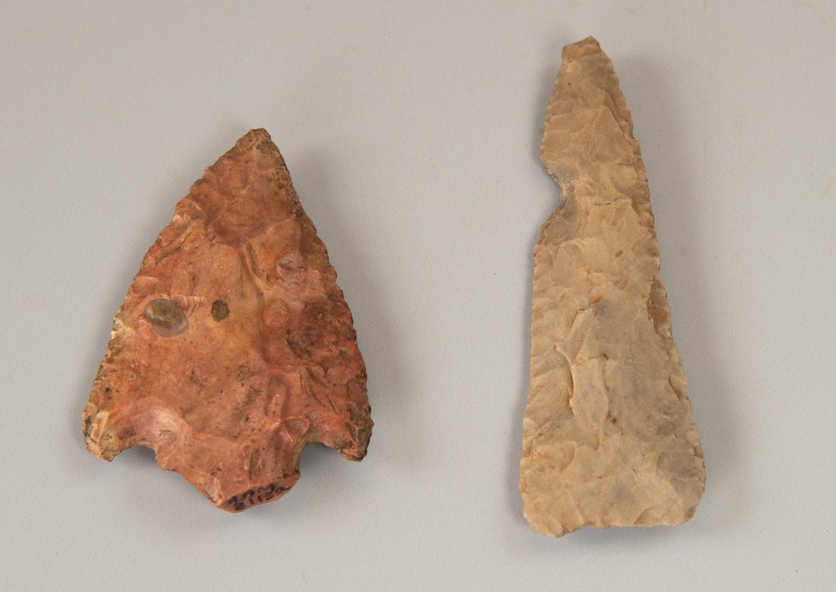 a) Rødlig stein.  Kort bred spiss, fint formet, med halvrund innskjæring på hver side av toppbuen.    b) Lys grå stein, flint.  Smalere pilespiss, rettavskåret i den brede ende. Et lite innhakk i den ene siden.