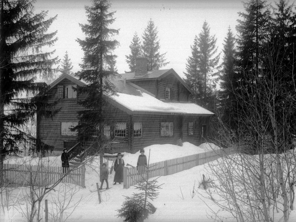 Thomles villa i Bankgata 28, Lillehammer, snø, folk på ski