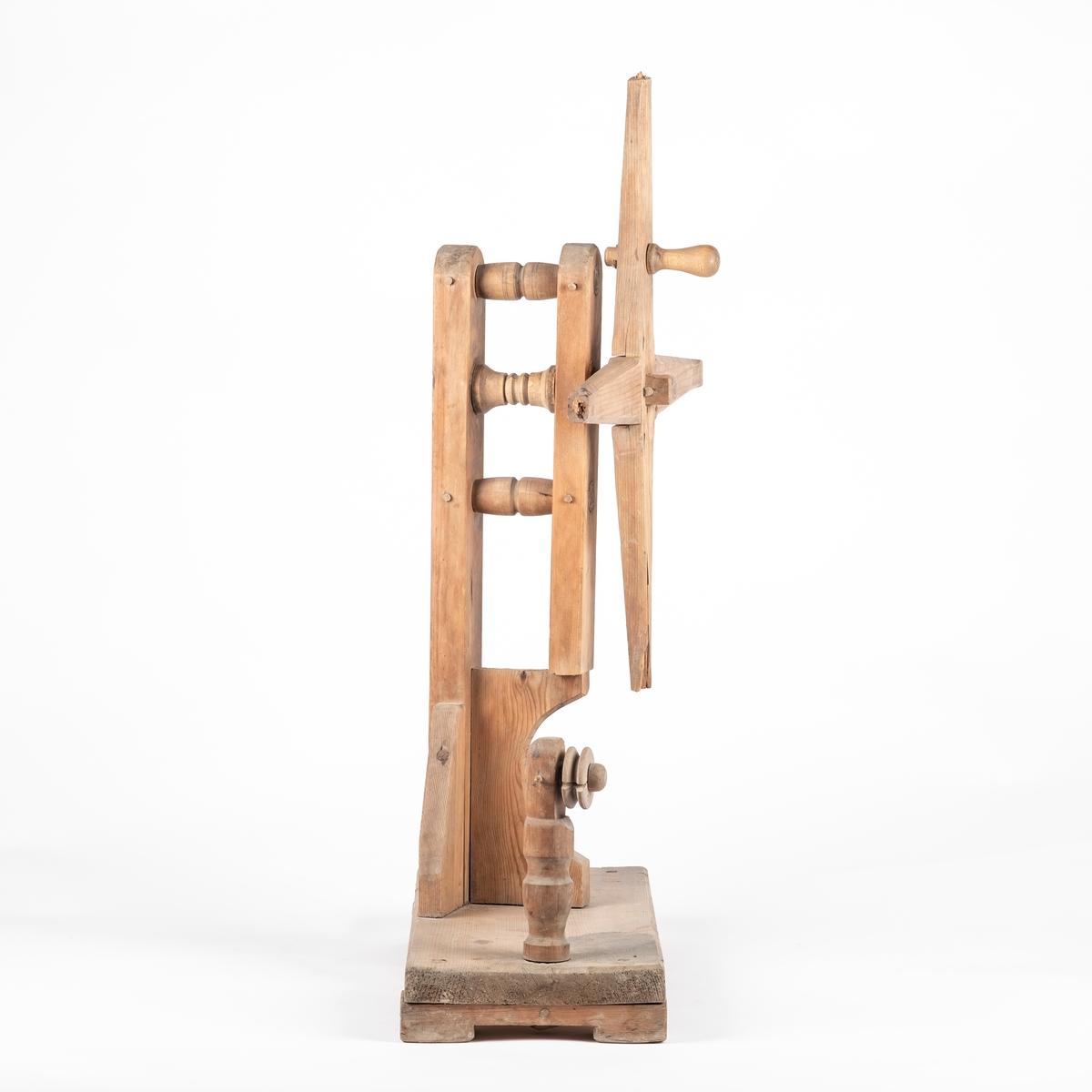 """Selve hespetreet består av to tilskårne treplanker som ligger i kors. De pinnene som skal sitte ytterst på hver av plankeendene, mangler. Sirkelformet slitasjespor som tyder på manglende del midt på korset. Sveivehåndtak festet på korset. Stativet er en """"ryggsøyle"""" som står parallelt med en tilsvarende tykk planke. Disse to er koblet til hverandre med to dreide pinner, som er tappet gjennom dem. Fra baksiden av hespetreet går det en rund pinne gjennom de parallelle, vertikale plankene, og ved hjelp av dette kan det rotere. Stativet med hespetreet står  på en trebjelke med føtter. Og ved ene enden av denne står det dreid oppsett med trinse.   Alle runde bestanddeler er profilerte og har enkle border."""