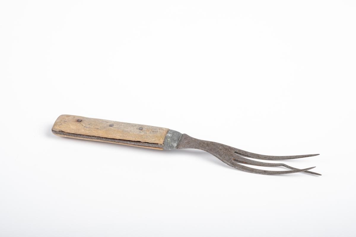 Gaffelen har tre lange tinder, og er kort og smal. Det ser ut som om selve gaffelen og metalldelen av håndtaket er i stål, og at de er skjøtt sammen v.h.a. en bit med tinn. Håndtaket er dekket med beinmateriale på begge sider, men metallet kommer til syne i kantene og skjøten.