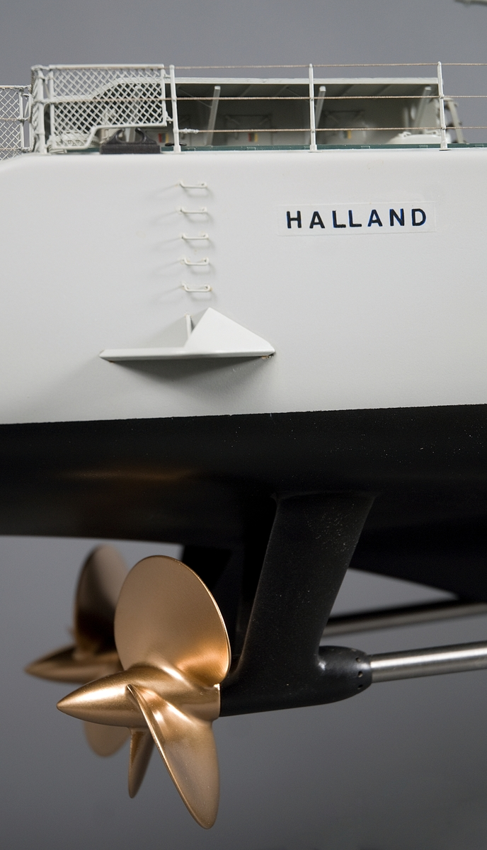 Modell av jagaren HALLAND. Modellen utförd i block, skrovet utfört i al, kanontorn etc. i vitbok.