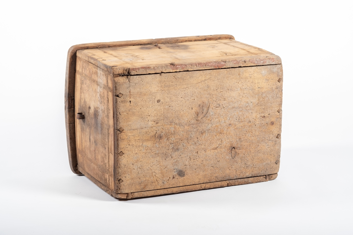 Hver side er laget fra ett bord. Lokket er krummet. På hver side er det små hanker, og foran en lås. Nøkkel mangler. Lokket er hengslet på kisten, men mangler en av to hengsler. Det er render som danner rammer på hver flate.
