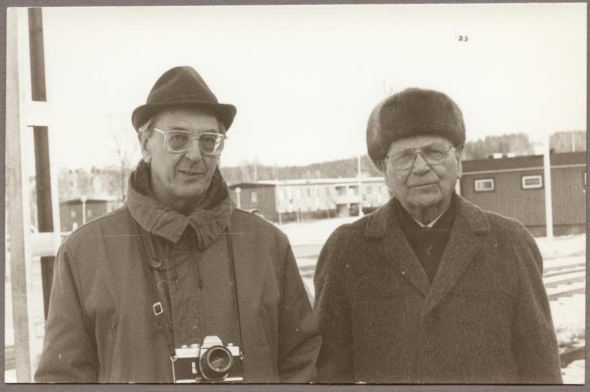 På Kopparbergs station står Bertil Carlsson telefonreparatör och Ivar Wesström lokmästare båda pensionerade från Trafikaktiebolaget Grängesberg - Oxelösunds Järnvägar, TGOJ. Malmtågstrafiken inom TGOJ har lagts ner och en sista tur för allmänheten i ett blandat tåg anordnades. Svenska Järnvägsklubben, SJK var anordnare.