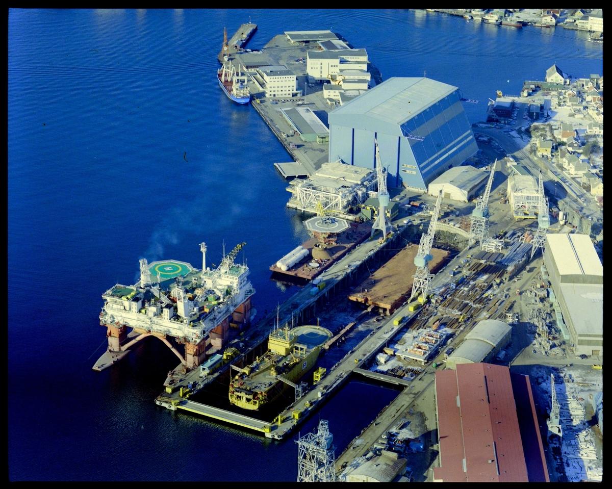 Ulike flyfoto av Haugesund Mekaniske Verksted med skip i dokk og oppankrede rigger.