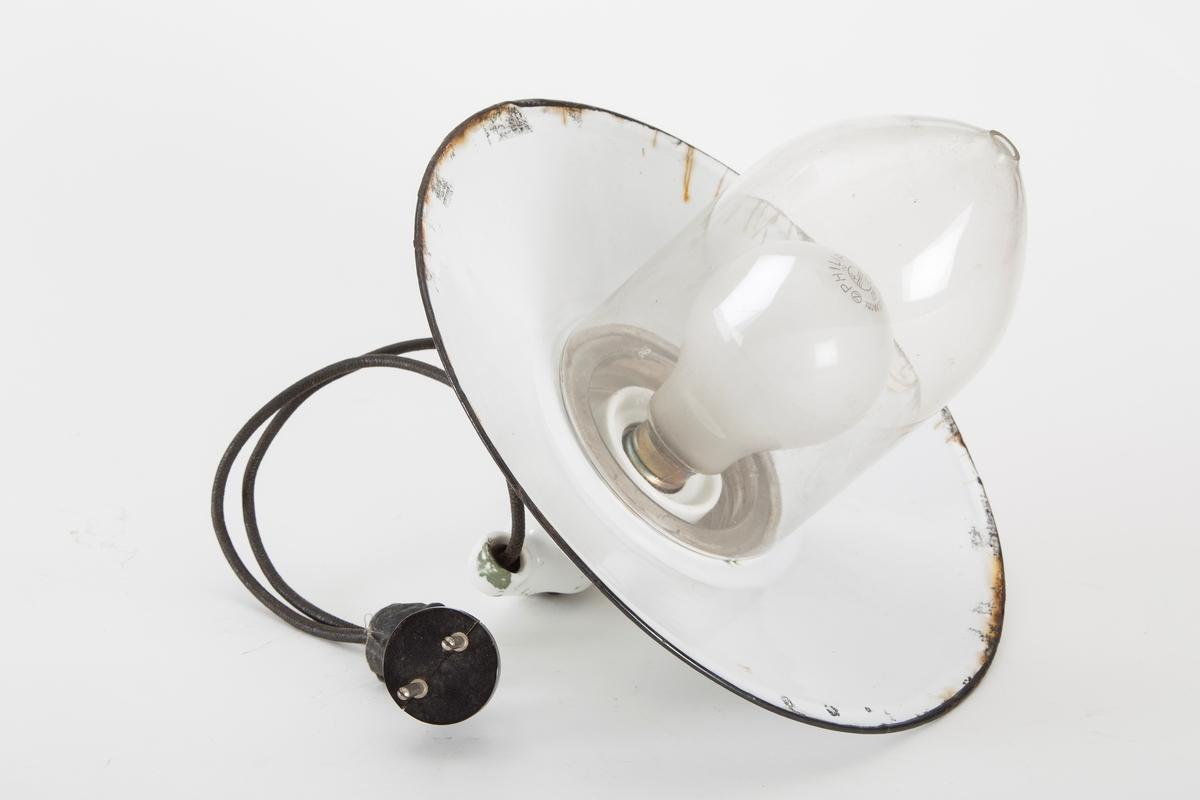 Elektrisk utelampe. Skålformet skjerm, lukket glasskuppel.