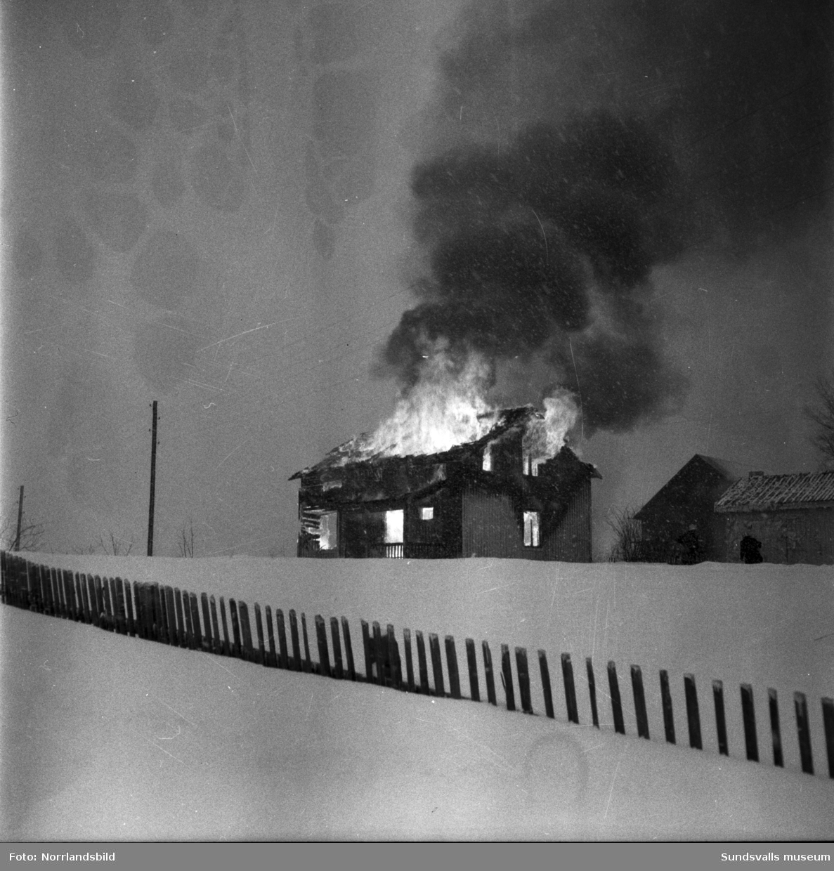 Helmer Löfgrens villa i Östanå, Kovland, förstördes vid en våldsam eldsvåda vintern 1956. Brandmännen och ett stort antal ortsbor som hjälpte till fick inrikta sig på att rädda närliggande bostadshus och uthus. Tack och lov var ingen i familjen hemma då branden bröt ut.