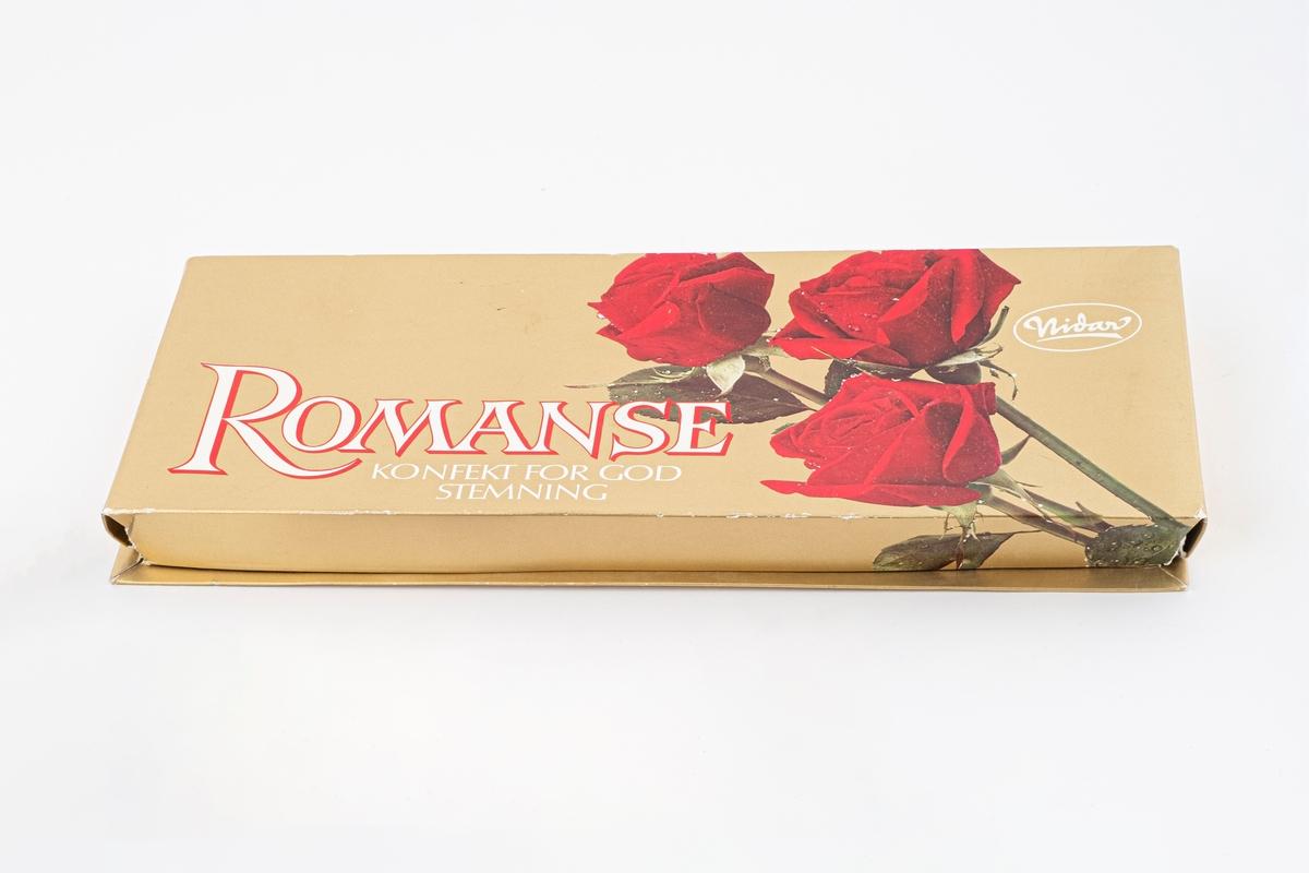Tre røde roser på lokket til esken og forskjellige sjokolader på undersiden av esken.