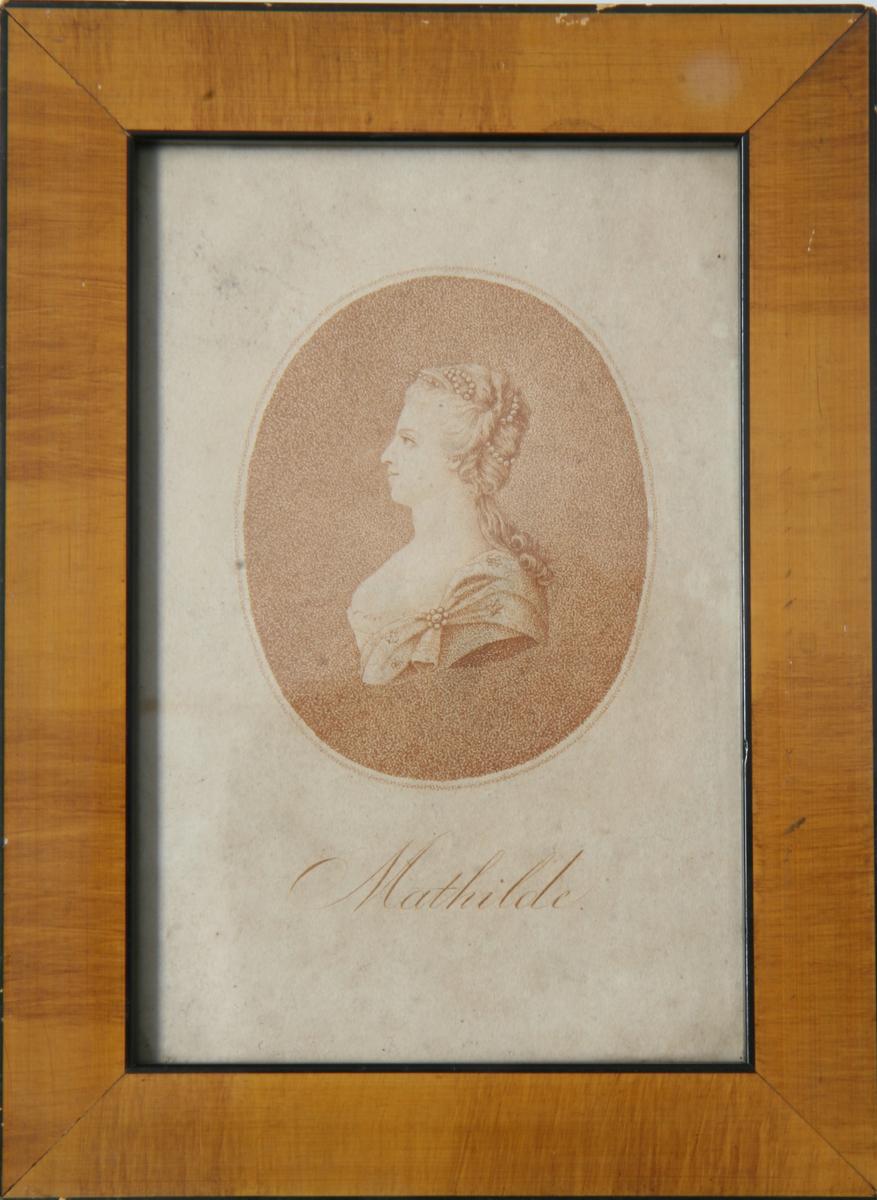 Glass, brun og sort ramme. Rødfarget. Aquatint? Portrett av dronning Mathilde.