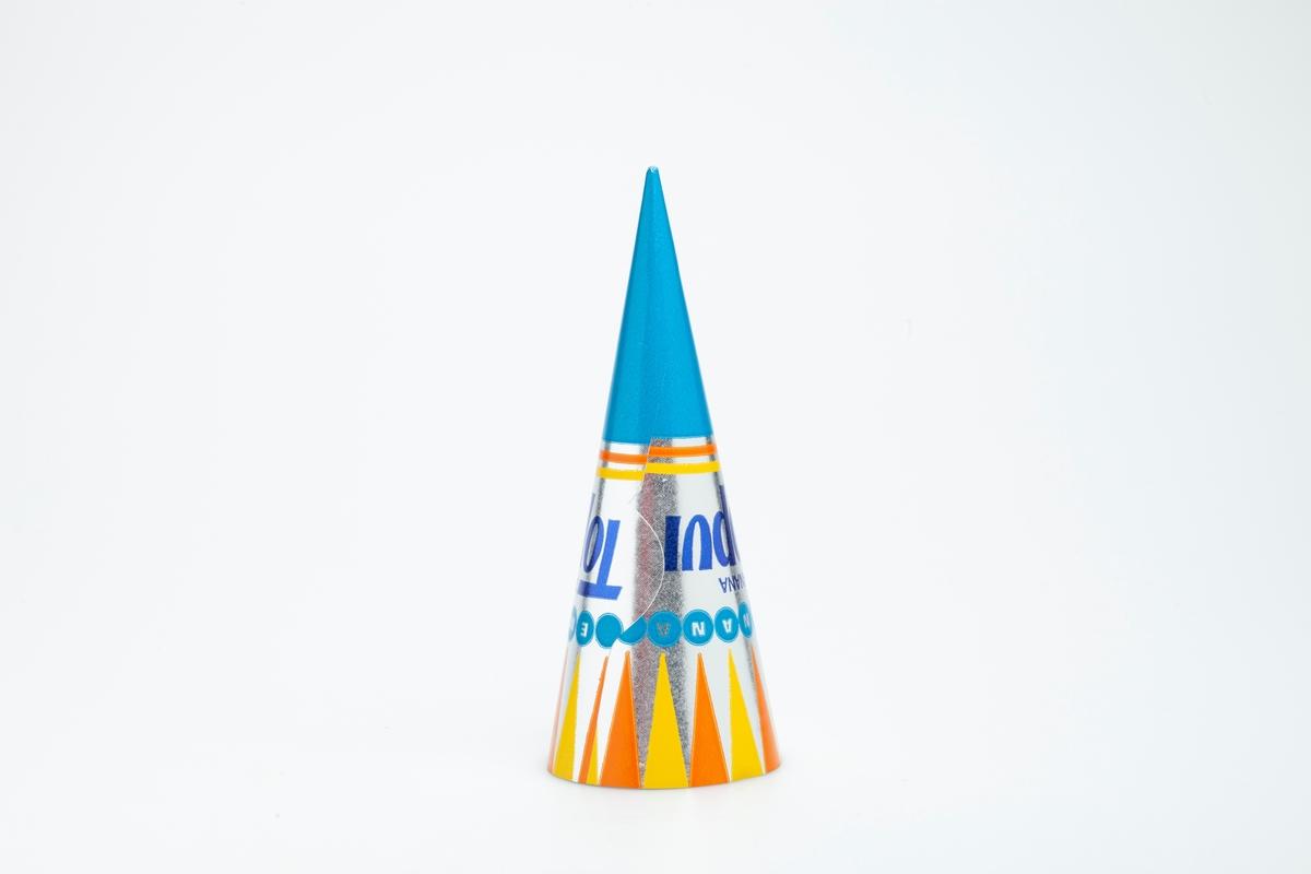 Kjegleformet iskrempapir (kremmerhus) i aluminium. Kremmerhuset er med farger på utsiden, og matt uten farge (hvit) på innsiden. Iskrempapiret har turkis tupp. Midtpartiet har metallisk blå skrift mot sølvfarget bakgrunn. Over dette er det en rekke med små turkise rundinger, med bokstaver inni noen av dem. Øverst mot kanten er det vimpelformede trekanter i gult og oransje.