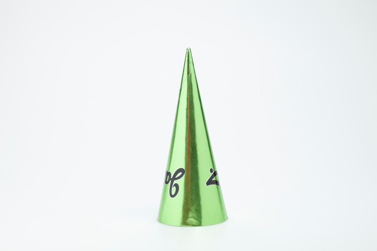 Kjegleformet iskrempapir (kremmerhus) i aluminium. Kremmerhuset er blankt med farger på utsiden, og matt uten farge (hvit) på innsiden. Kremmerhuset er ensfarget metallisk grønn, med svart stor skrift.