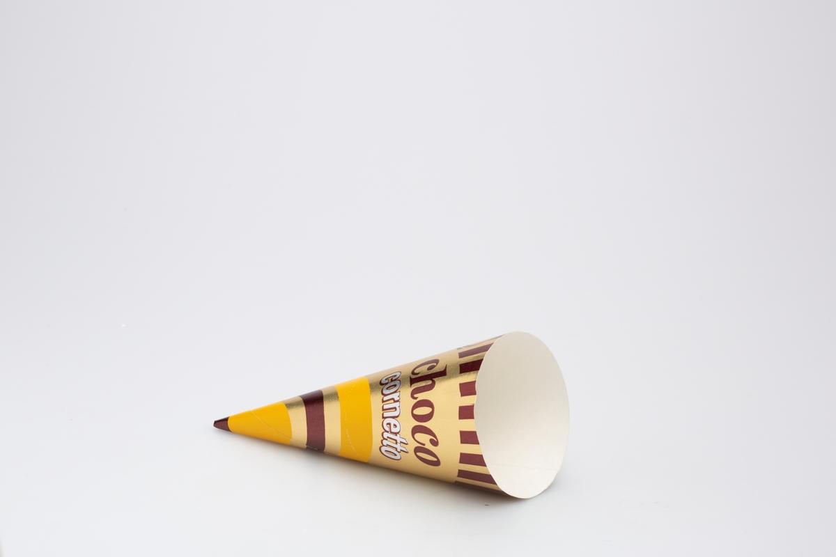 Kjegleformet iskrempapir (kremmerhus) i aluminium og papir. Kremmerhus med farger på utsiden, og matt uten farge (hvit) på innsiden. Iskrempapiret har gullfarget bakgrunnsfarge, med noen bølgete linjer i gult og brunt nederst. Øverst er det vertikale brune streker. Tekst er plassert på midten. En stiplet linje markerer en rivekant i papiret.