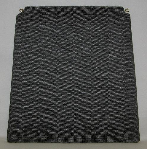 Möbelöverdrag, möbeltyg monterat på stolsdyna. Ett kraftigt och stelt möbeltyg vävt i kypert med inslagseffekt. Varpen är av ljust grått bomullsgarn 16/2. Inslaget färgat lingarn 16/1 tre trådar tillsammans. Möbeltyget på inv.nr 0023:1 är vävt i blått, 0023:2 i rött och 0023:3 i svart. Möbeltyget ger ett randigt intryck då man växlar mellan högerlutning och vänsterlutning var femte cm.  Möbeltyget är monterat med häftklammer på en stolsdyna av skivmaterial, plywood, med stoppning. Ränderna på möbeltyget går mellan fram och bakkant. Dynan är lite smalare i bakkant och där är hörnen urtagna. Två öglor i gul metall är iskruvade för upphängning.  Möbeltyget med modellnamn Fåra är formgivet av Ann-Mari Nilsson och tillverkat av Länshemslöjden Skaraborg. Det finns med  på sidan 56-57 i vävboken Inredningsvävar av Ann-Mari Nilsson i samarbete med Länshemslöjden Skaraborg från 1987, ICA Bokförlag. Se även inv.nr. 0001-0022,0024-0040.