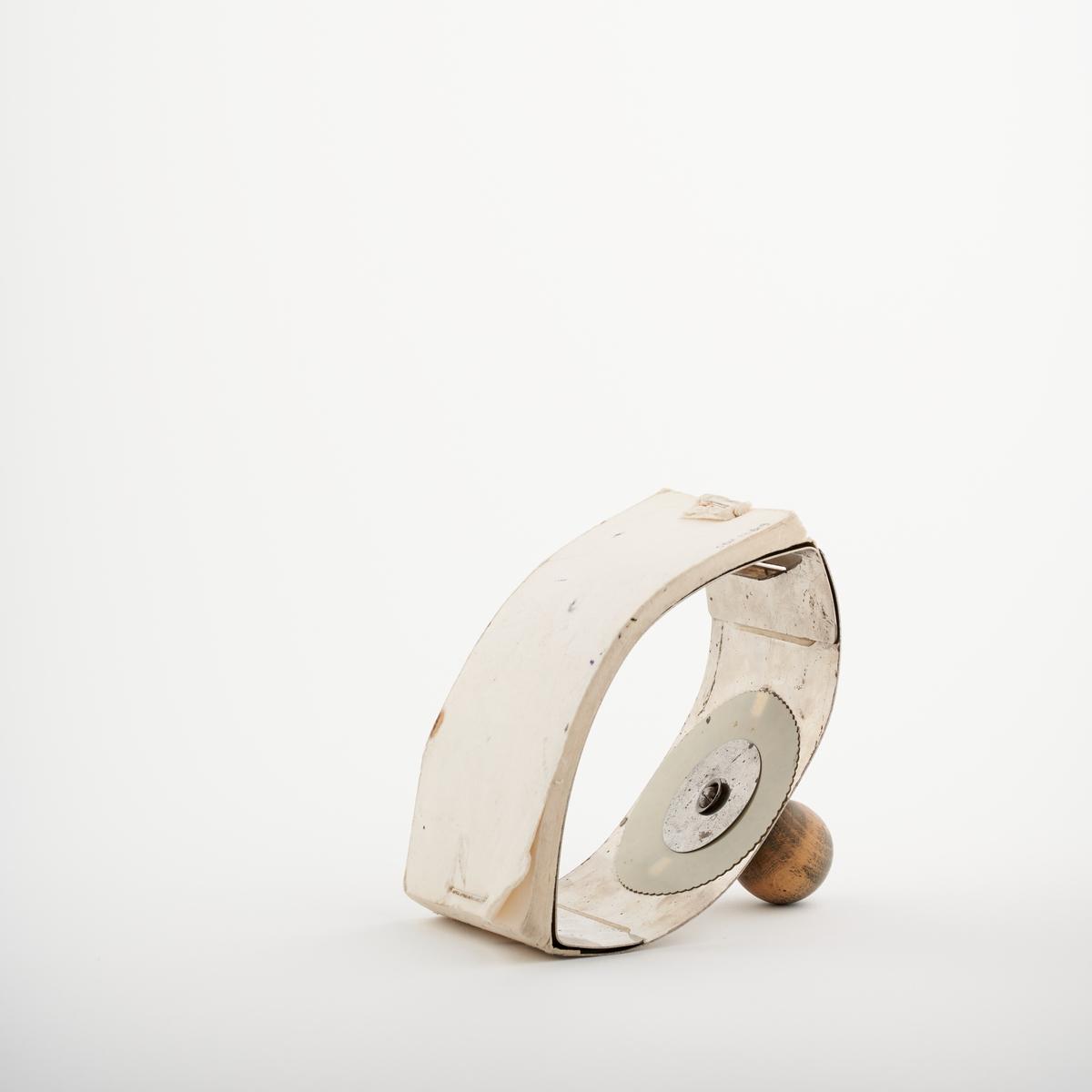 Trekkpapirholder med håndtak. Trekkpapir festes til bunnen av holderen og brukes for å suge opp og tørke blekk når en skriver.   NAV-samlingen er en gruppe av gjenstander som har vært anvendt på sosialkontoret (Aetat - NAV) i Skedsmo kommune.