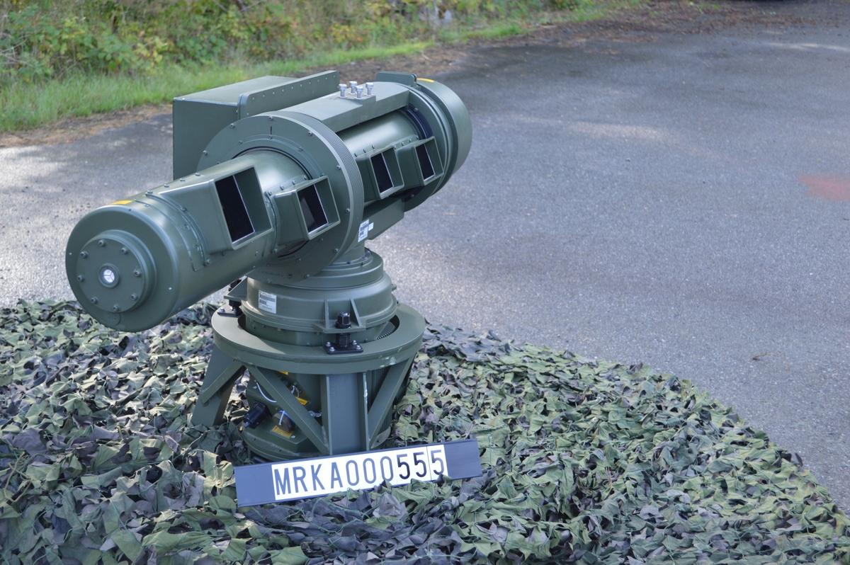 """En IR-spanare arbetar passivt, dvs den sänder ej ut några signaler som exempelvis en radar. IR-spanaren känner av infraröd strålning (värmestrålning) från flygplanets motor mm. IR-spanare jämfört med radar; kan ej upptäckas med signalspaning, är svår att störa, har hög noggrannhet i höjd och sida. Dock kan en IR-spanare ej mäta avstånd och kan påverkas av väder. Beskrivning. Räckvidden hos IRS 725 uppges vara 10-15 km mot stridsflyg och 6-9 km mot helikopter vid """"normalt väder"""". IR-spanarens huvud roterar med 180 varv/minut. Ett band om 5 grader i höjd avsöks, bandet höjs stegvis tills den önskade höjdvinkeln är avsökt. Normalt höjdområde är 20 grader, vilket tar ungefär 2 sekunder. Målupptäckt är automatisk, blinkande symboler uppträder i bilden på manöverenheten. Systemet presenterar 360 grader och kan behandla 16 mål samtidigt. Manöverenheten skulle vara placerad i sammanställningsplatsen på LvS 75M. IRS 725 blev aldrig införd vid Kustartilleriets luftvärn."""