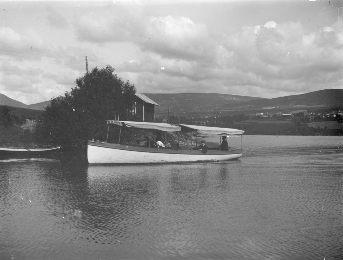 Motorbåten Fram på Riiselandet sør for Vingnes