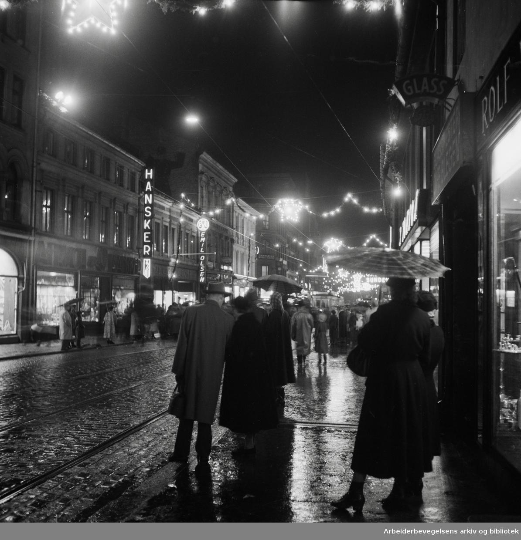 Julelysene tennes i Storgata. 28. November 1954.