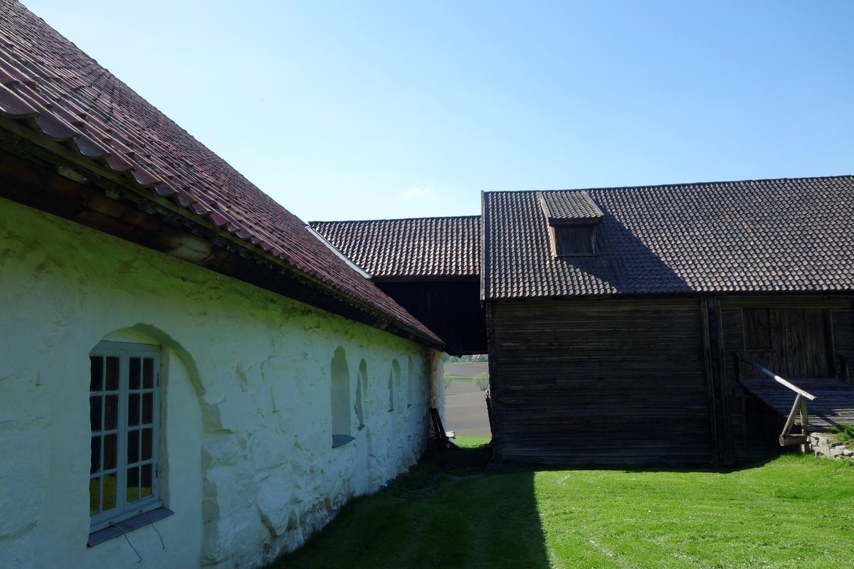 Låve og stall på gården Store Hvam, fra 1775. Ikke flyttet.