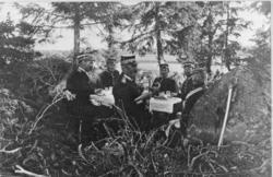 Middag under fälttjänstövning på 1890-talet. Fr v Wolffelt,