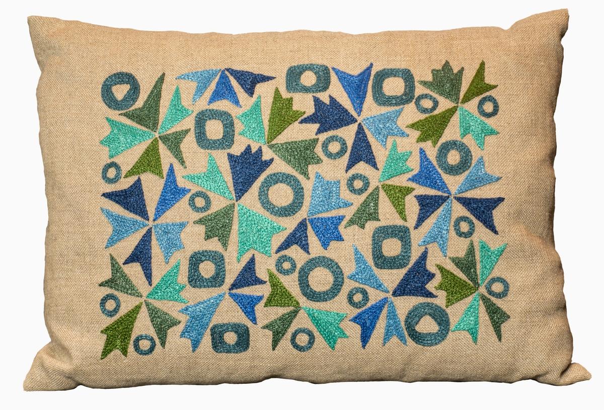 Kudde broderad med stiliserade blommor i kedjesöm på oblekt tuskaftad linneväv. Formgivare Kerstin Kjellerstedt.