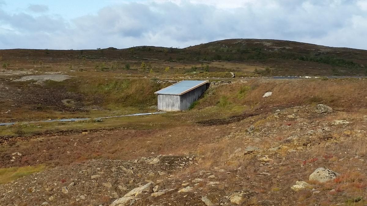 Vassrenne fra Klettjønna til Nedre Storwartz delvis overbygd med bølgeblikk. Damhus ved Klettjønna .