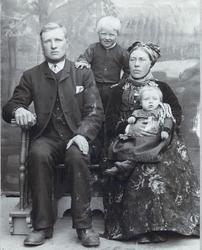 Familiegruppe. Frå v. Knut Groset,Trond Groset og Ingebjørg