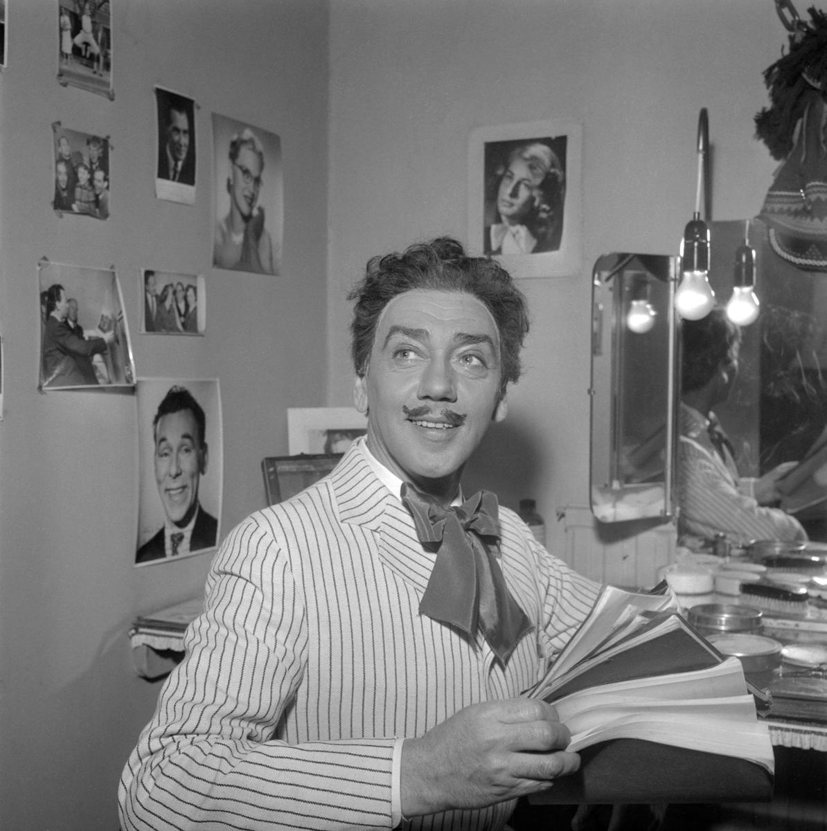 Sven Magnusson inför sin roll som cirkusdirektören Obolski i Östgötateaterns uppsättning av sånglustspelet Oh, mein Papa! Bilden är från Norrköpings stadsteater där spelet hade premiär den 29 april 1958.
