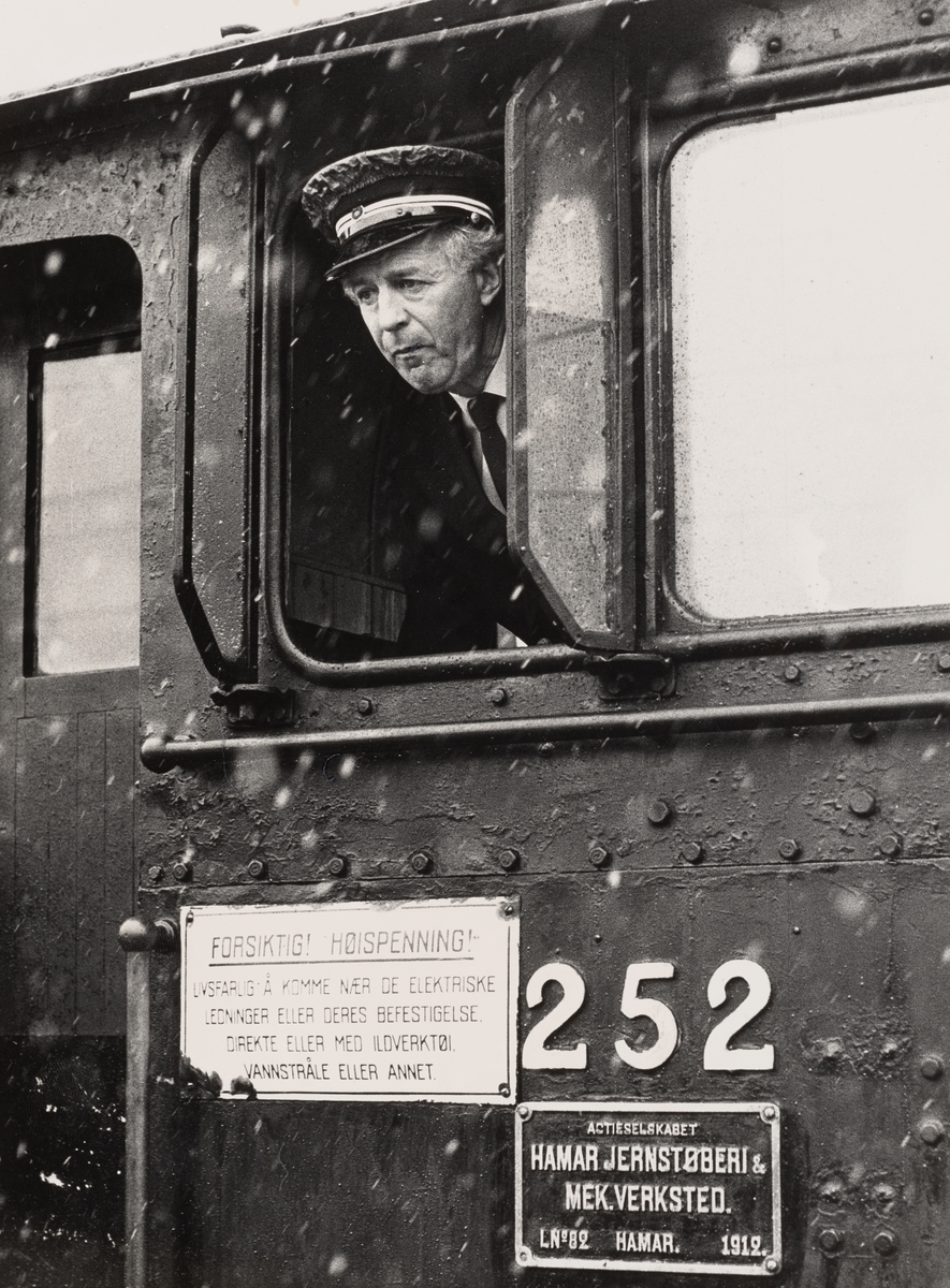 Lokomotivfører Kåre Jørgensen på damplokomotiv type 21b nr. 252