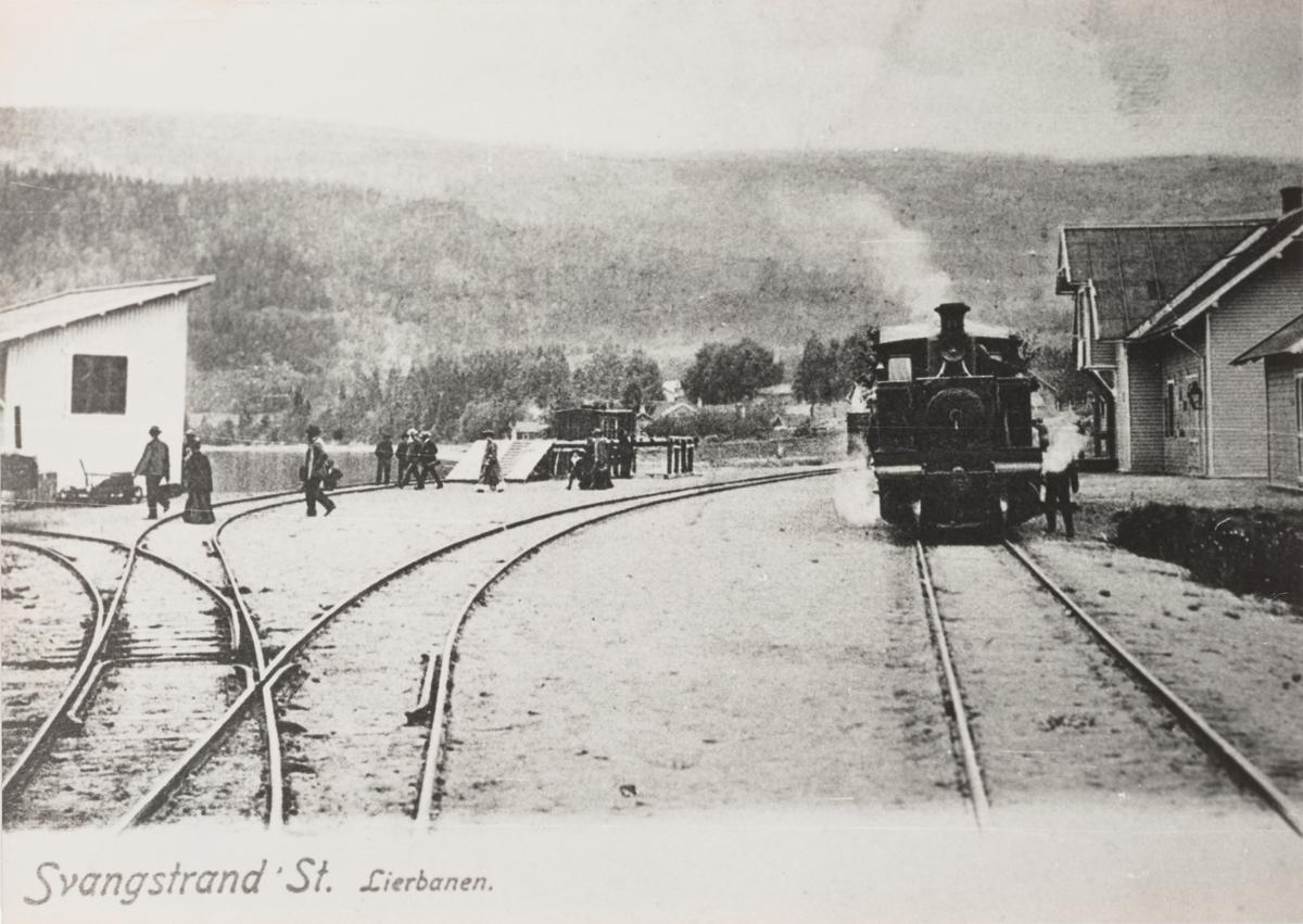 Lierbanens damplokomotiv med persontog på Svangstrand stasjon
