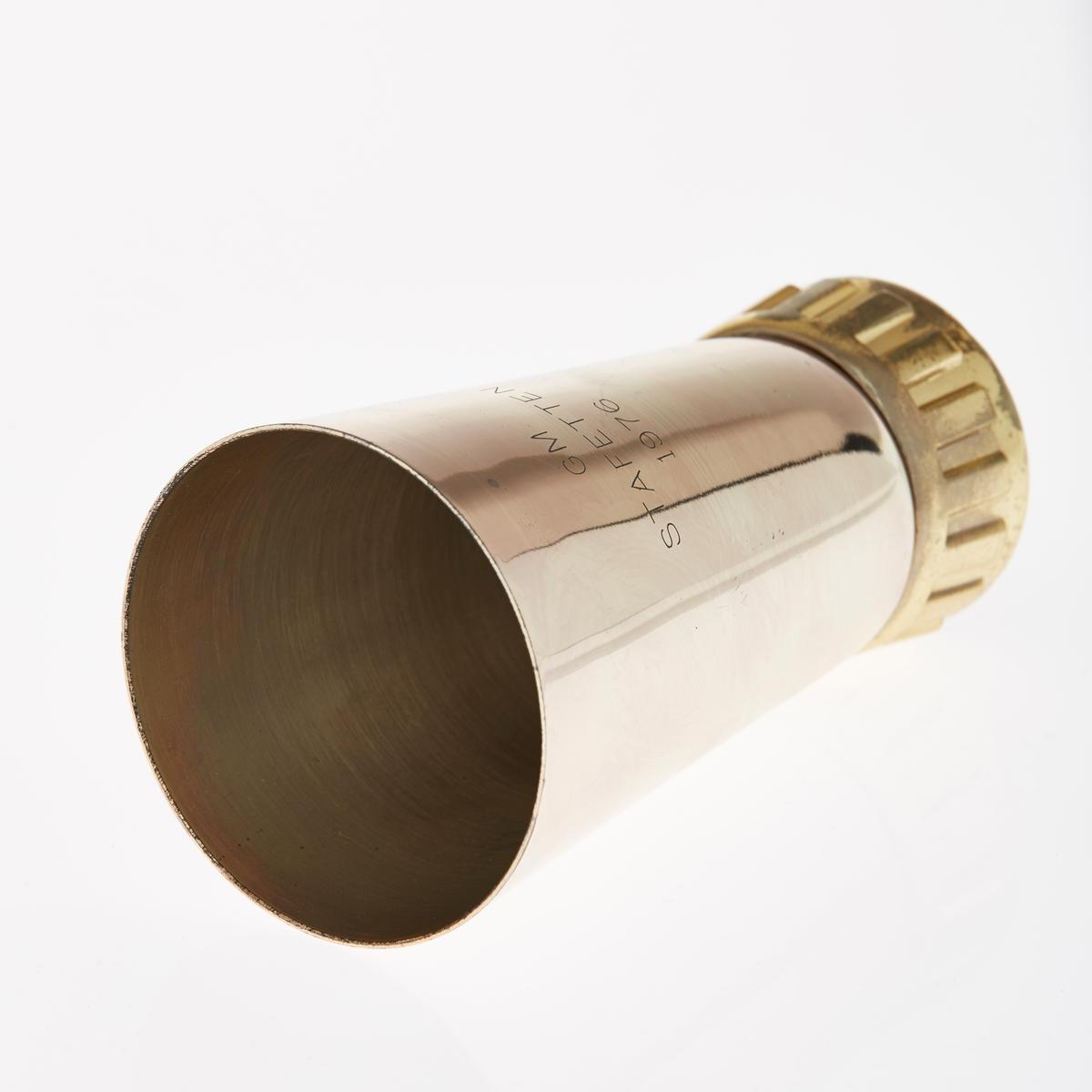 """Pokal i blankt metall med """"gullfarget"""" stett. Inskripsjoner. Skrue i bunn?"""