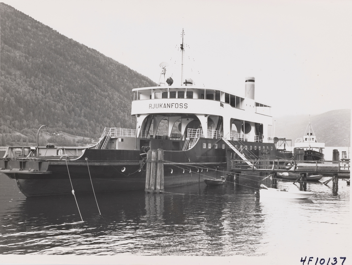 Norsk Hydros dampferge DF Rjukanfoss ved fergeleiet på Mæl