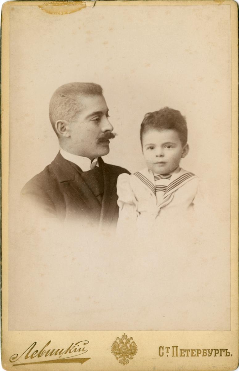 Portrettfoto av ukjent mann og barn.  Dette er ikke Michail Rostin. Han ligner, men det er trolig en av hans brødre, Jaques eller Sergei. Barnet er ikke et av Victorias søsken. Kanskje et søskenbarn?