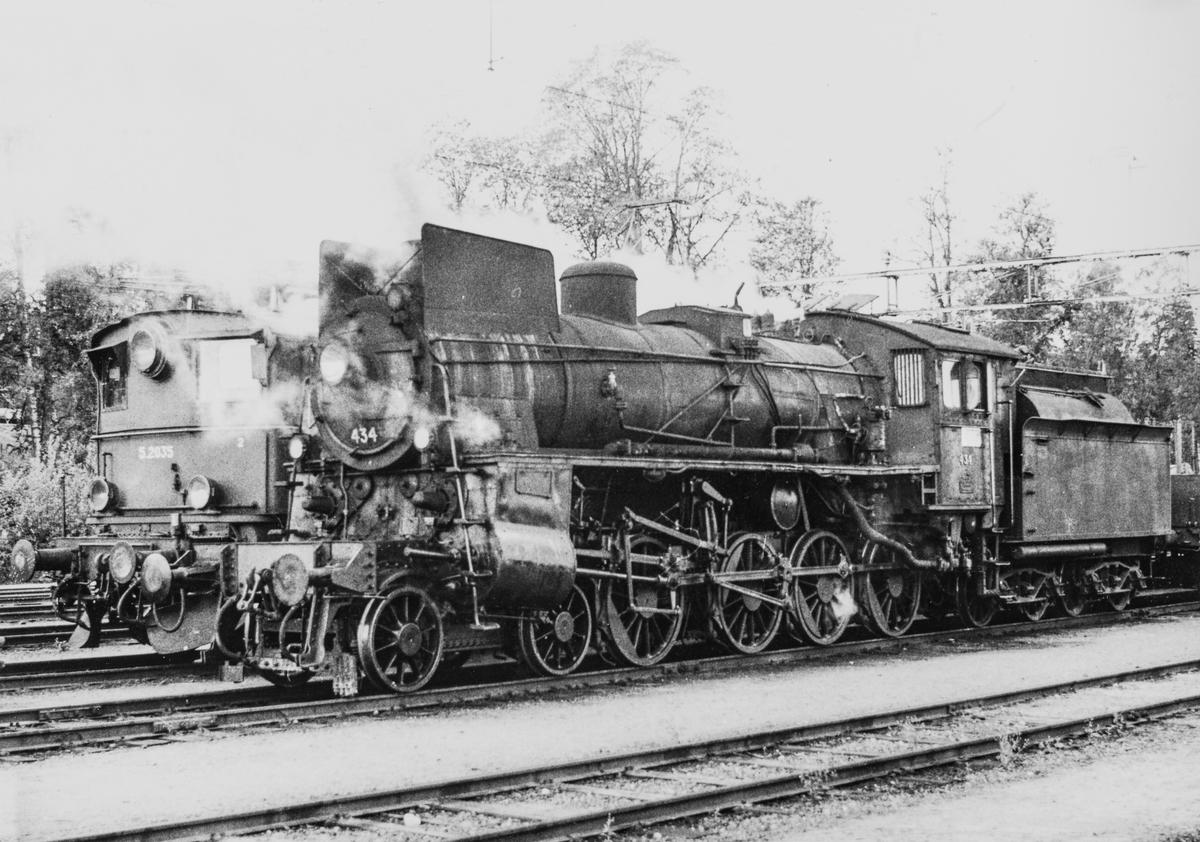 Elektrisk lokomotiv El 5 2035 med godstog på Kongsvingerbanen og damplokomotiv type 26c nr. 434 med godstog fra Solørbanen