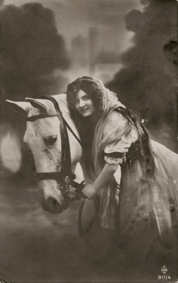 Postkortmotiv av ei ung kvinne med hest.