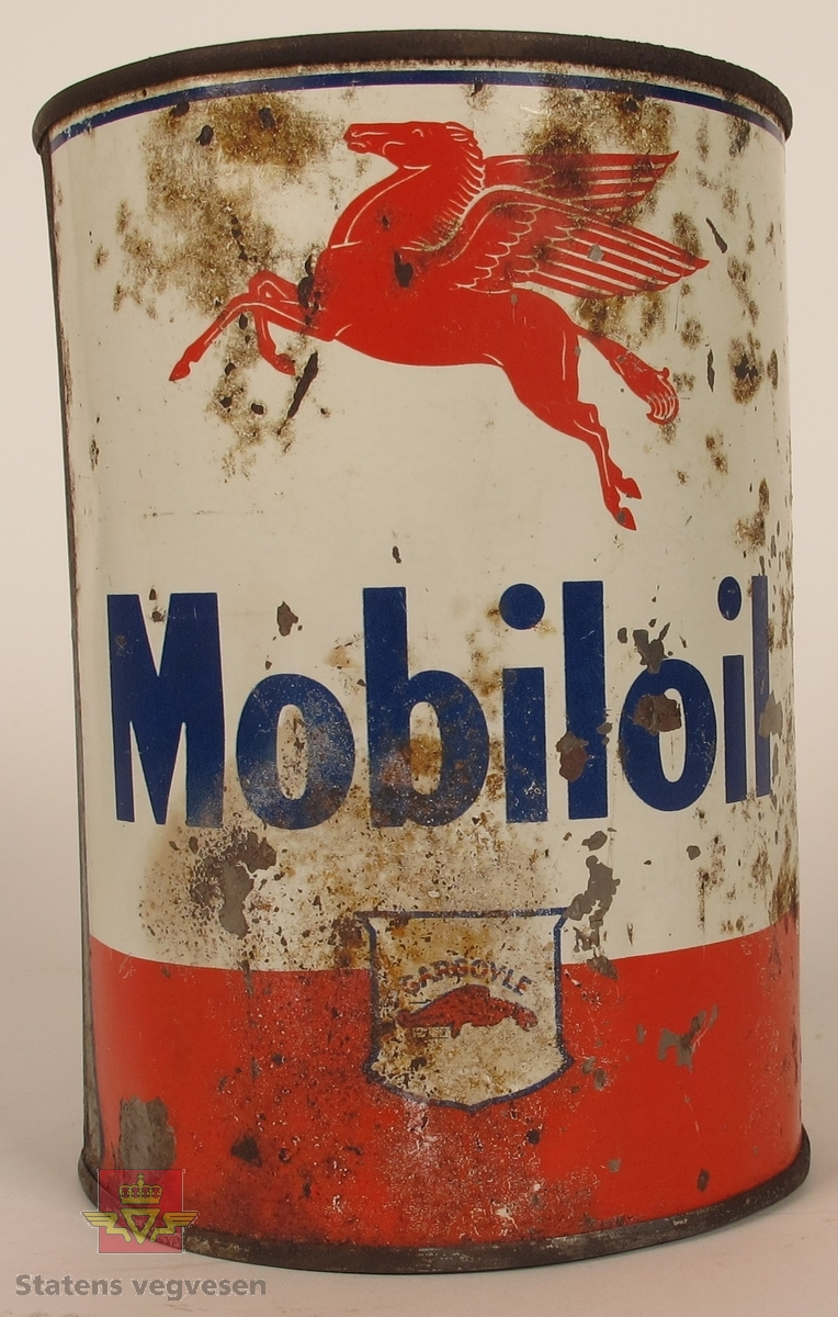 Sylinderformet boks i metall. Rød og hvit med blå skrift. På lokket er det innpreget i metallet : NORSK VACUUM OIL CO.A.S.OSLO-IMPORT AF S.A.E.-40. På siden av boksen er Pegasus og gargoylelogo samt teksten Mobiloil.