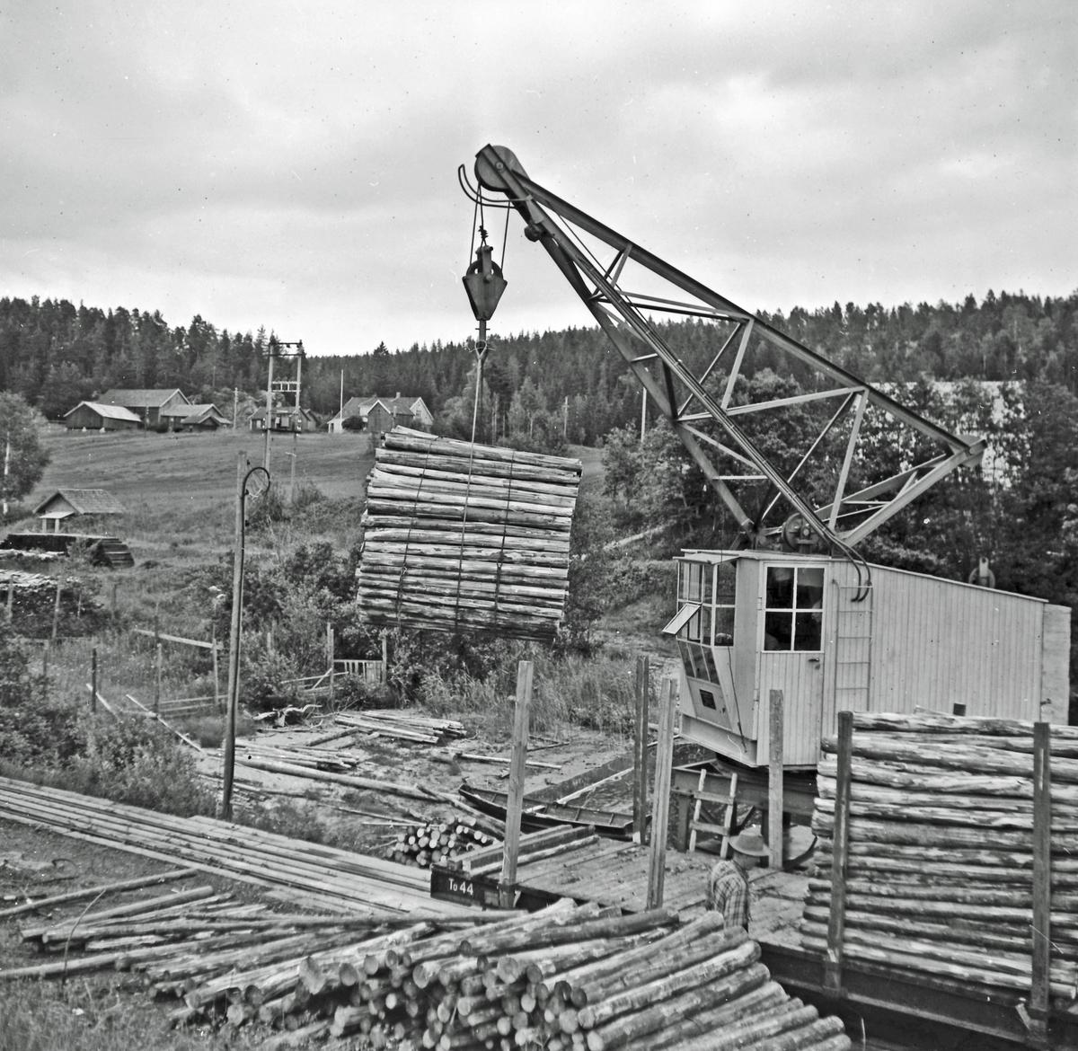 Lossing av tømmer med tømmerkranen på Skulerud stasjon