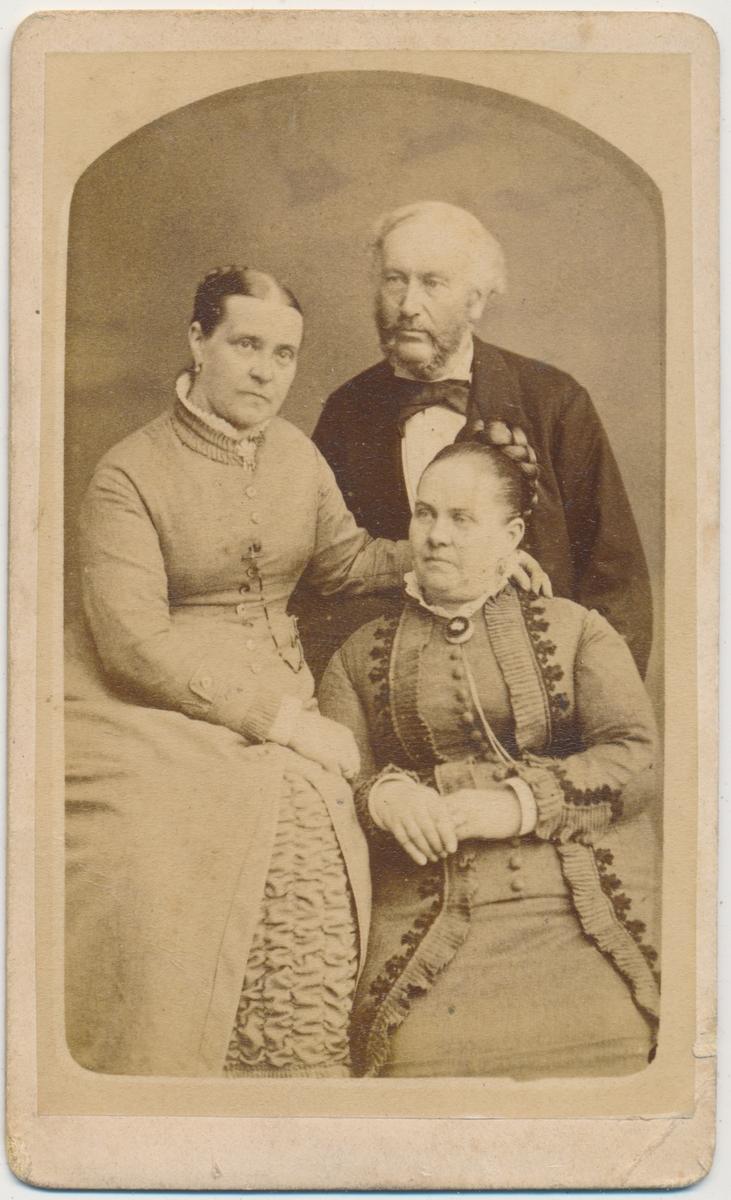 Bildet viser 2 voksne kvinner og en mann, ukjente