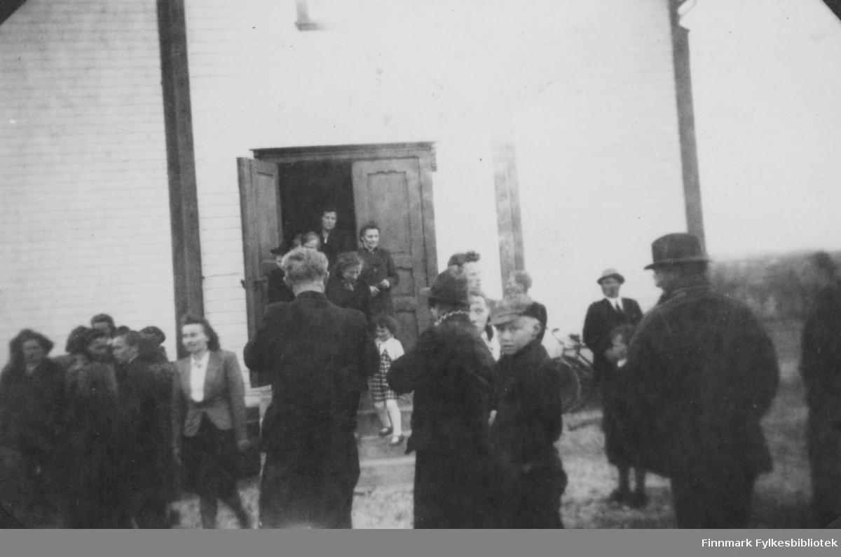 Folk utenfor kirka. Muligens Anna Sofie Hansens begravelse i Børselv, 1943.