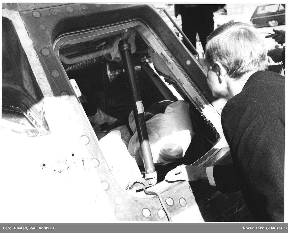 Erik Tandberg tar en titt inn i Apollo 10, universitetsplassen, oslo