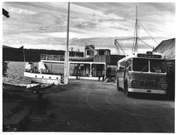 "Ved Femund. Buss til ""Sønderviken"" fra Røros og ""Fæmund II"""