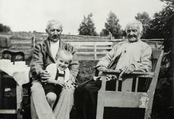 Familie gruppe 3.  3 generasjoner.  Fra høyre, Mathias Bernt