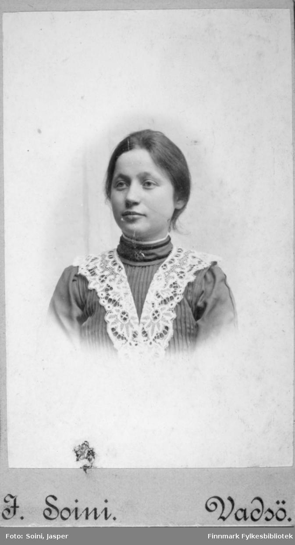 Visittkortportrett av en kvinne fotografert på fotoatelieret til Jasper Soini i begynnelsen av 1900-tallet, Vadsø.