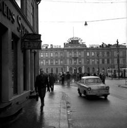 Morgentrafikk på nedre Karl Johans gate.