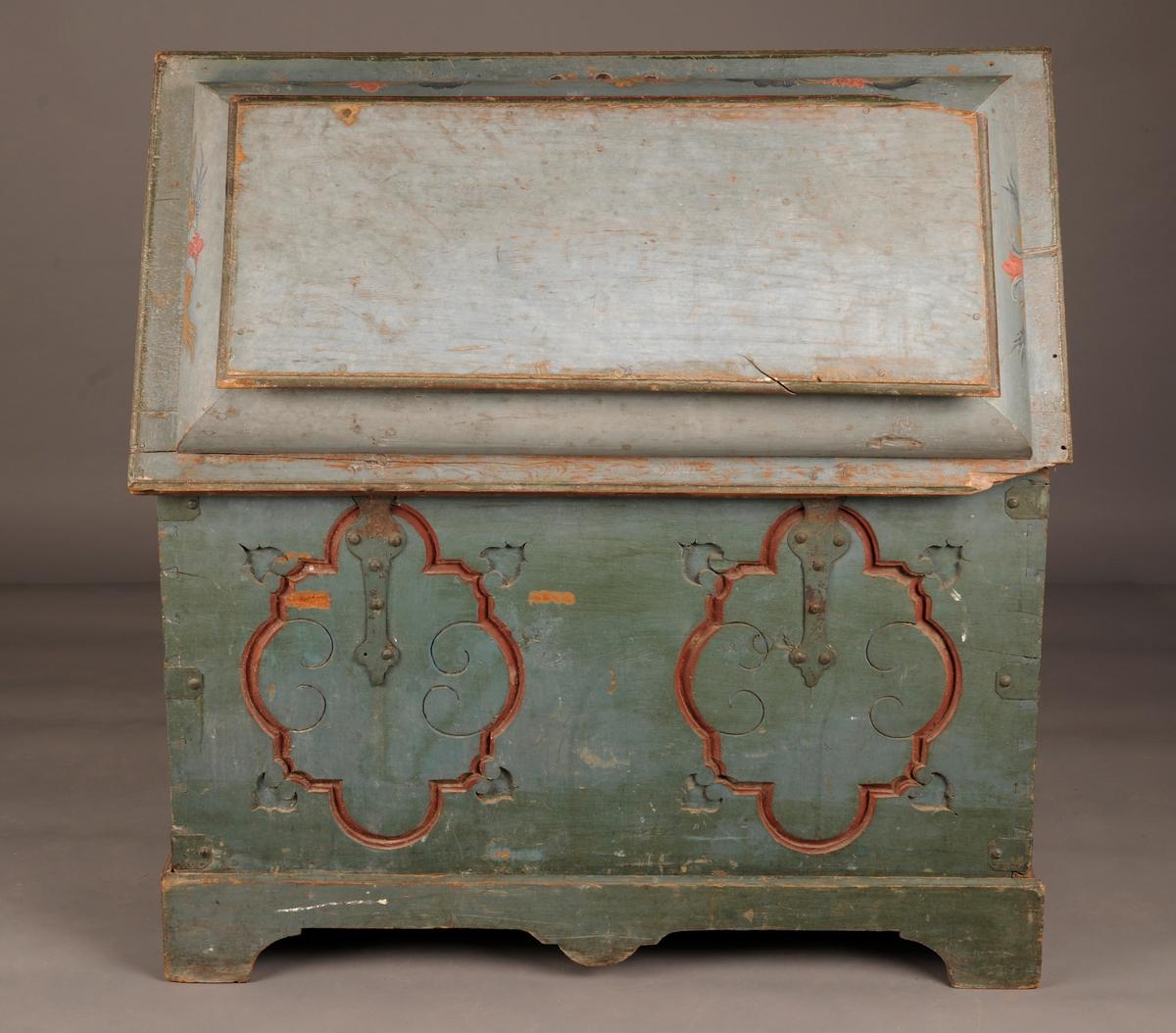 Rosemalt kiste, står på en tilhørende løs sokkel.
