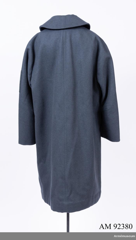Kappa sydd i mörkblått kläde med märke för Svenska Blå Stjärnan på vänster ärm.